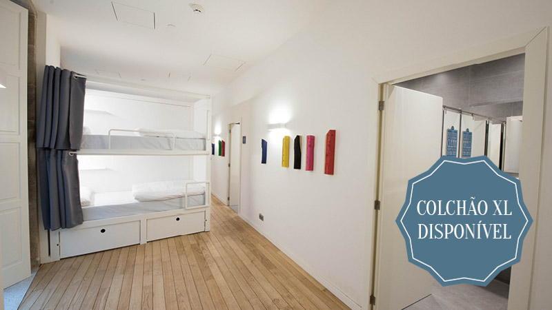 Quarto com 13 camas com casa de banho